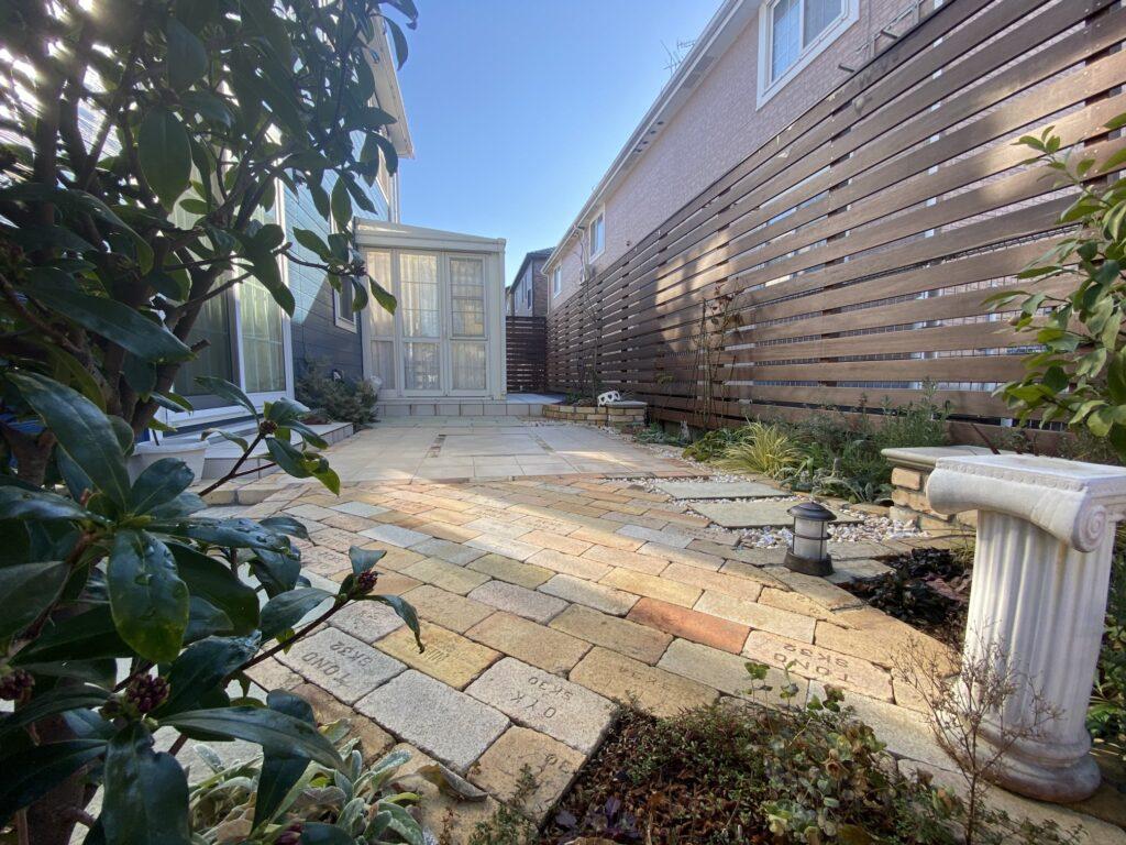 レンガとタイルでメンテナンスフリーなお庭