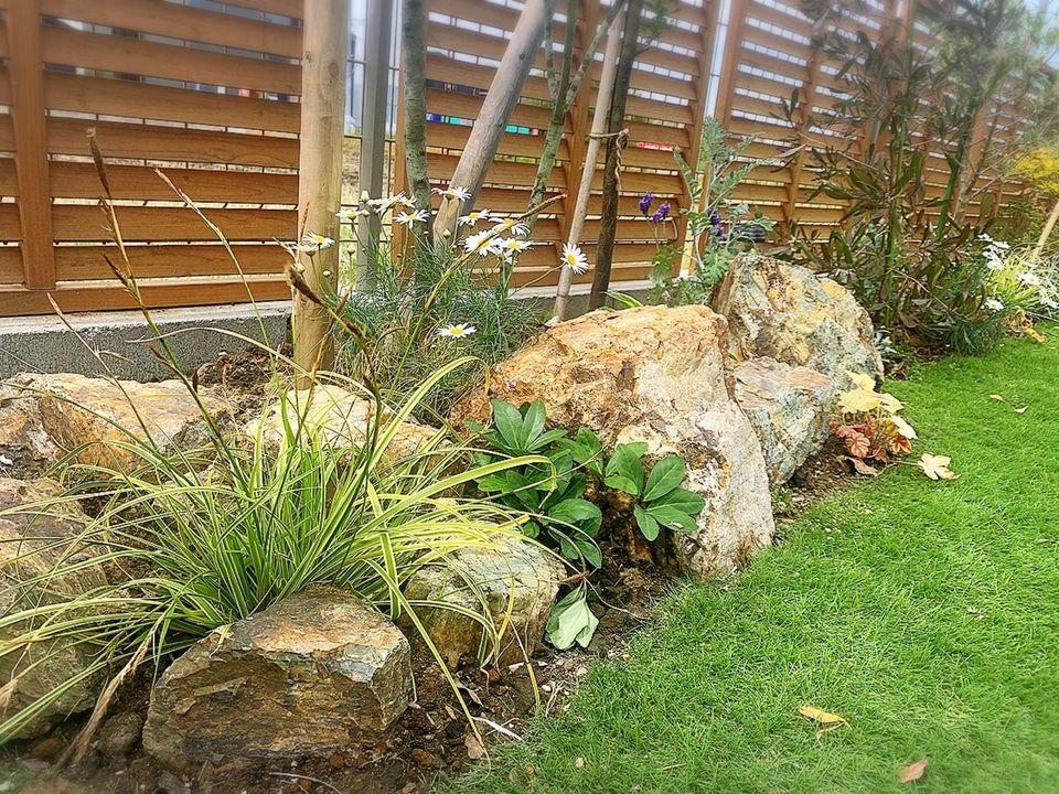 【施工事例をご紹介します】ローメンテナンスの人工芝と植栽