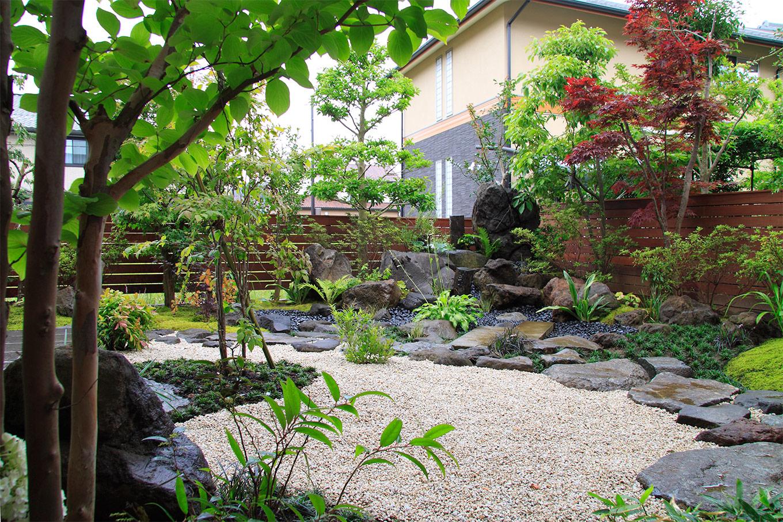 天然石をふんだんに配したコンテポラリーな和庭園