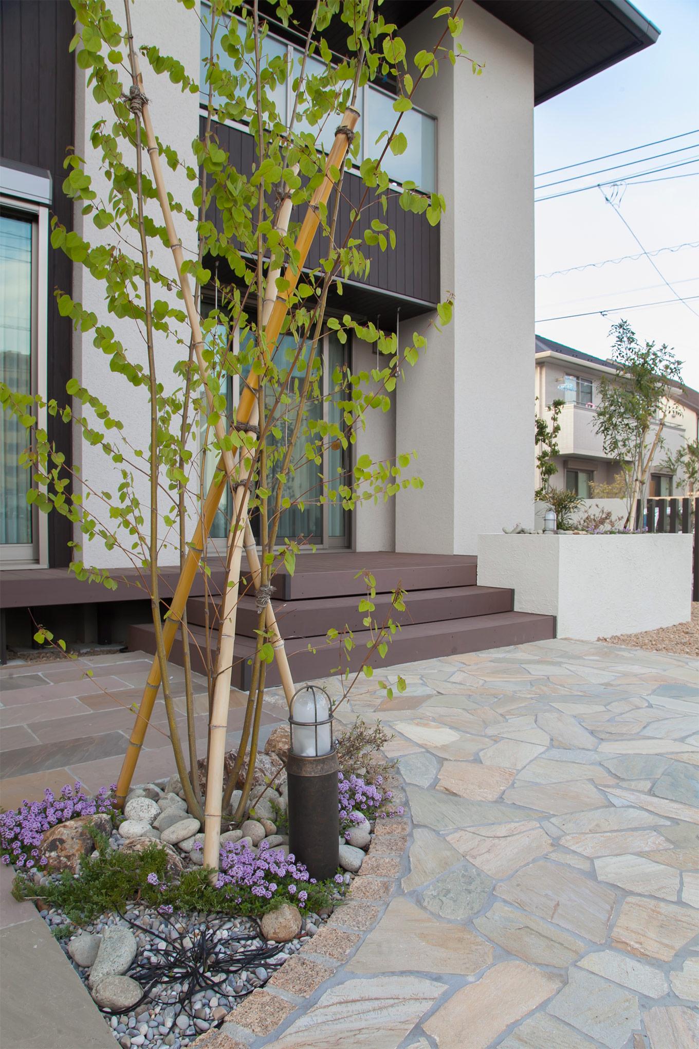 サークルの芝スペースやシンボルツリー、石張りなど空間に動きをつくります