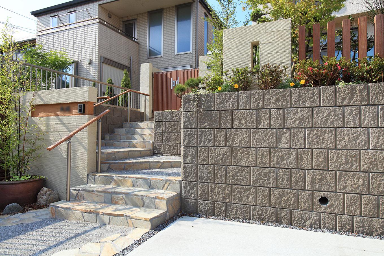 お庭の和の雰囲気と調和するように門壁の前には黒竹の鉢を設置