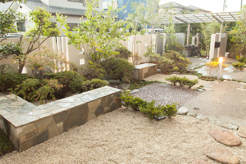 書斎から眺める庭園
