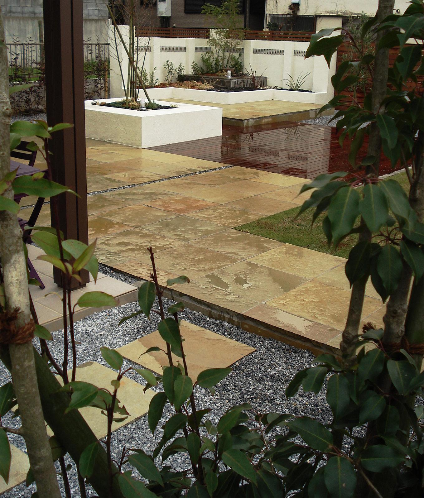 石張り、デッキ、芝とが融合された洗練空間