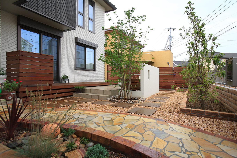 木とタイルと石ですっきりと広がりのあるお庭!