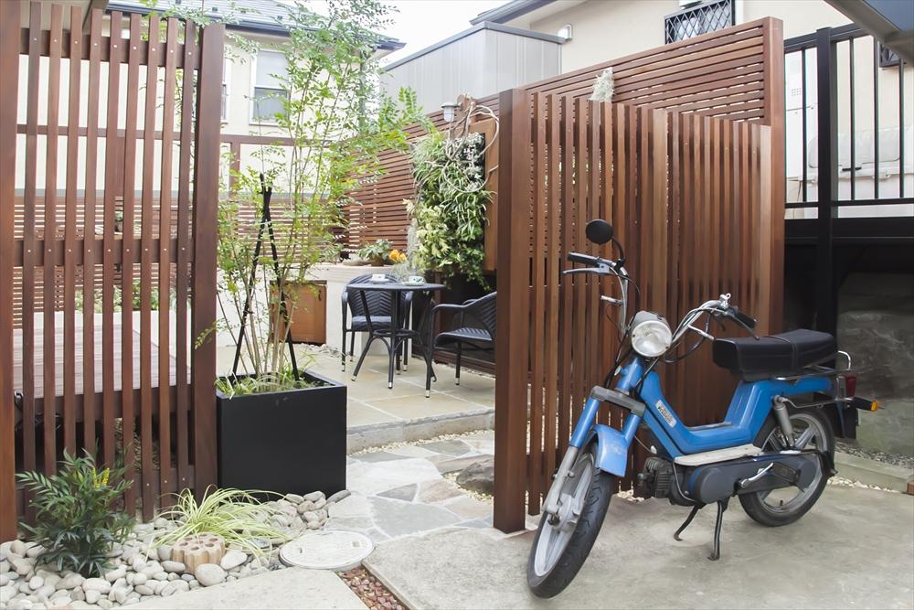 ウッドデッキと石組みがつくる上質ガーデン