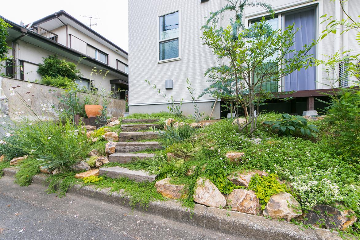 多種のグリーン、枕木のステップが生み出すナチュラルガーデン