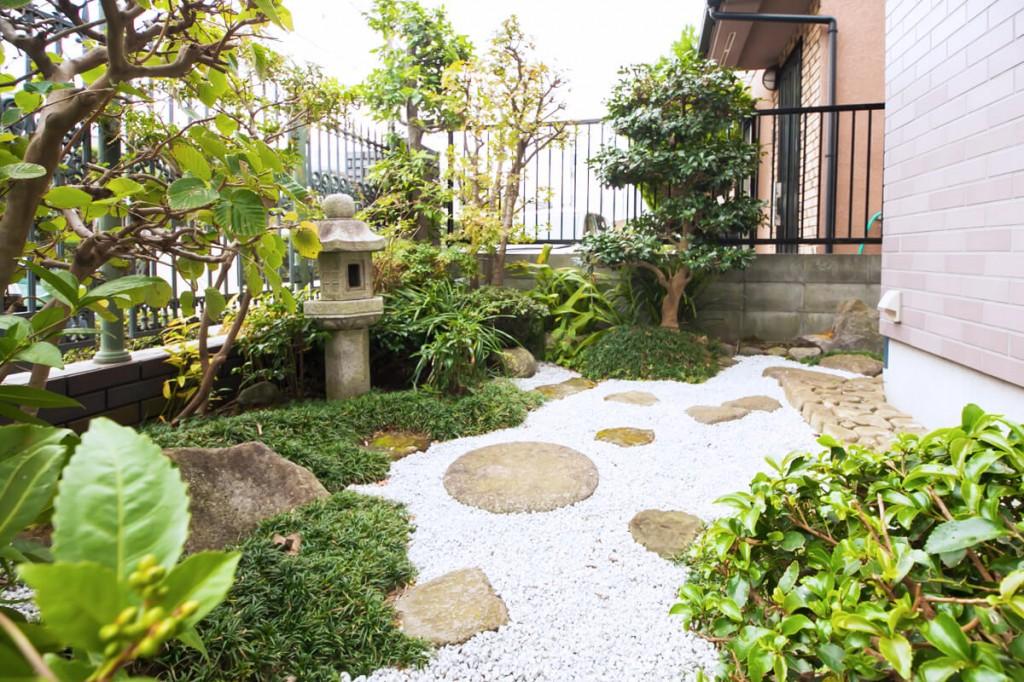 和室から眺めるモダン和風の庭